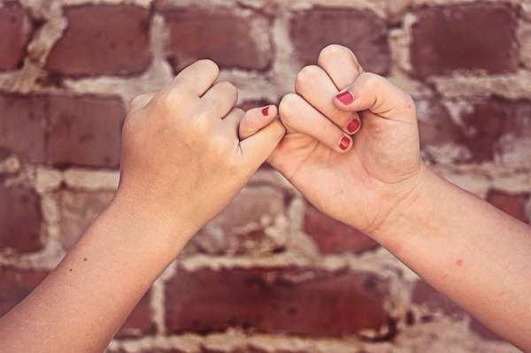 7 Ekspresi Unik Saat Berada Di Dekatnya, Kamu Sedang Jatuh Cinta