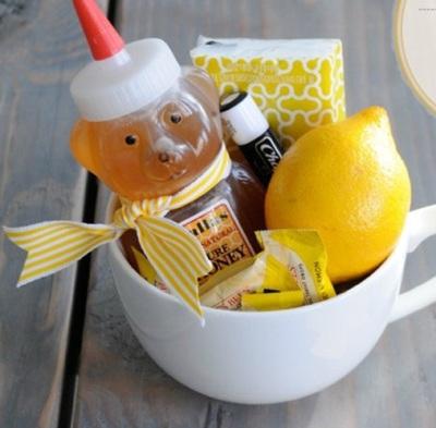Untuk mereka yang sedang sakit atau baru sembuh, bingkisan lemon dan madu ini baik untuk membantu proses penyembuhan mereka