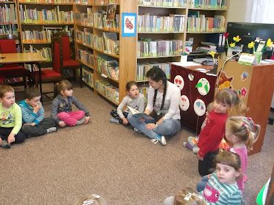 Dzieci słuchają książeczki