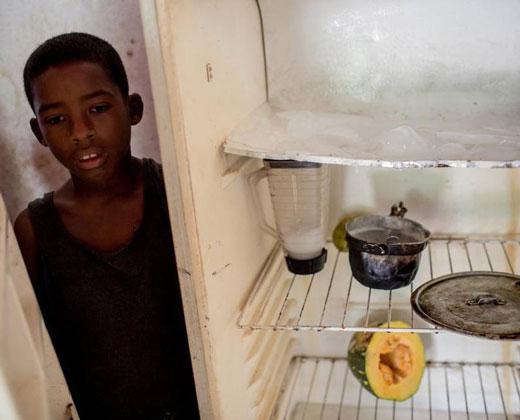 """""""Dos litros de aceite por un almuerzo"""", el trueque crece en Venezuela"""