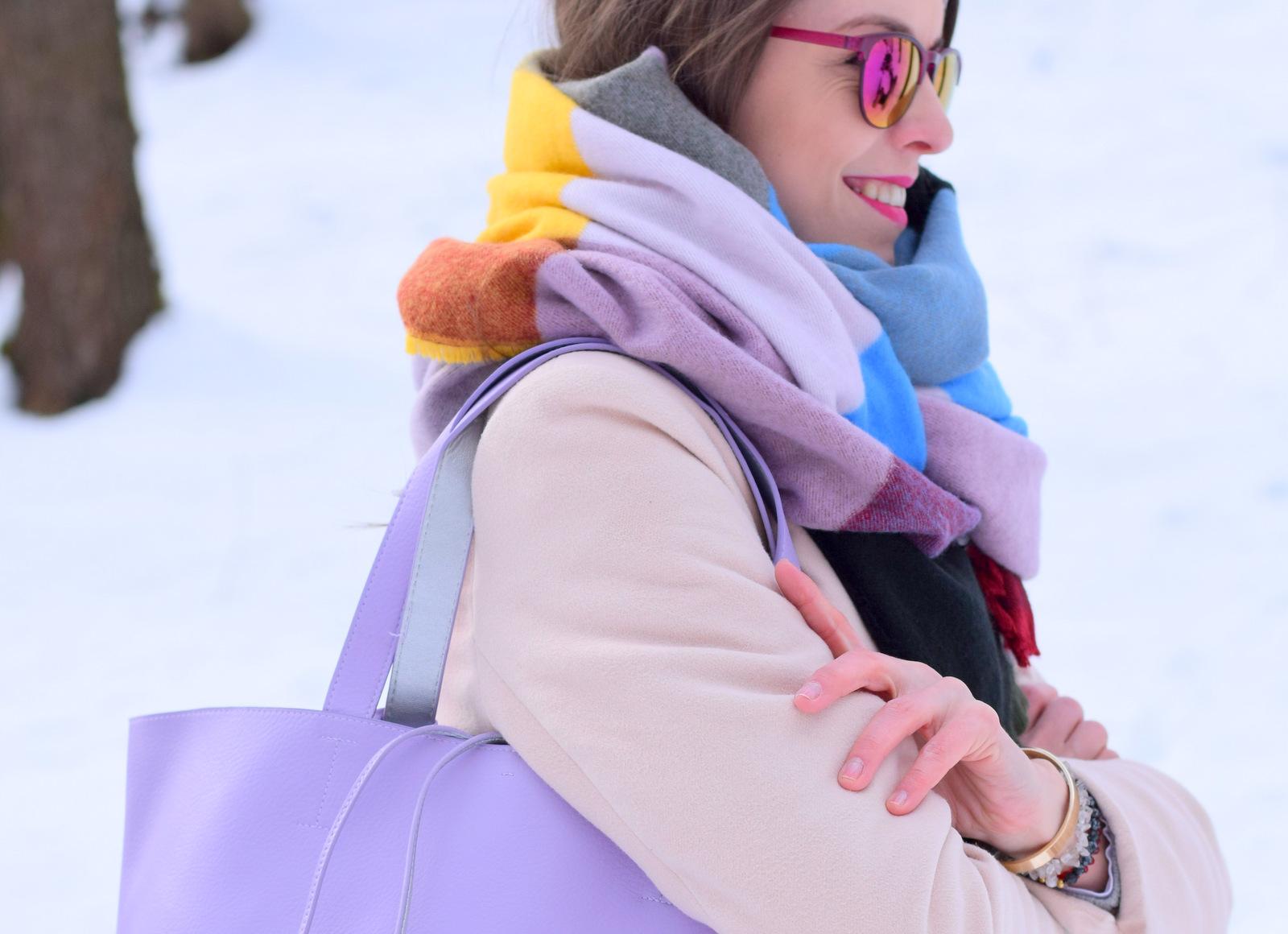 pastelovo ružový kabát s fialovými doplnkami