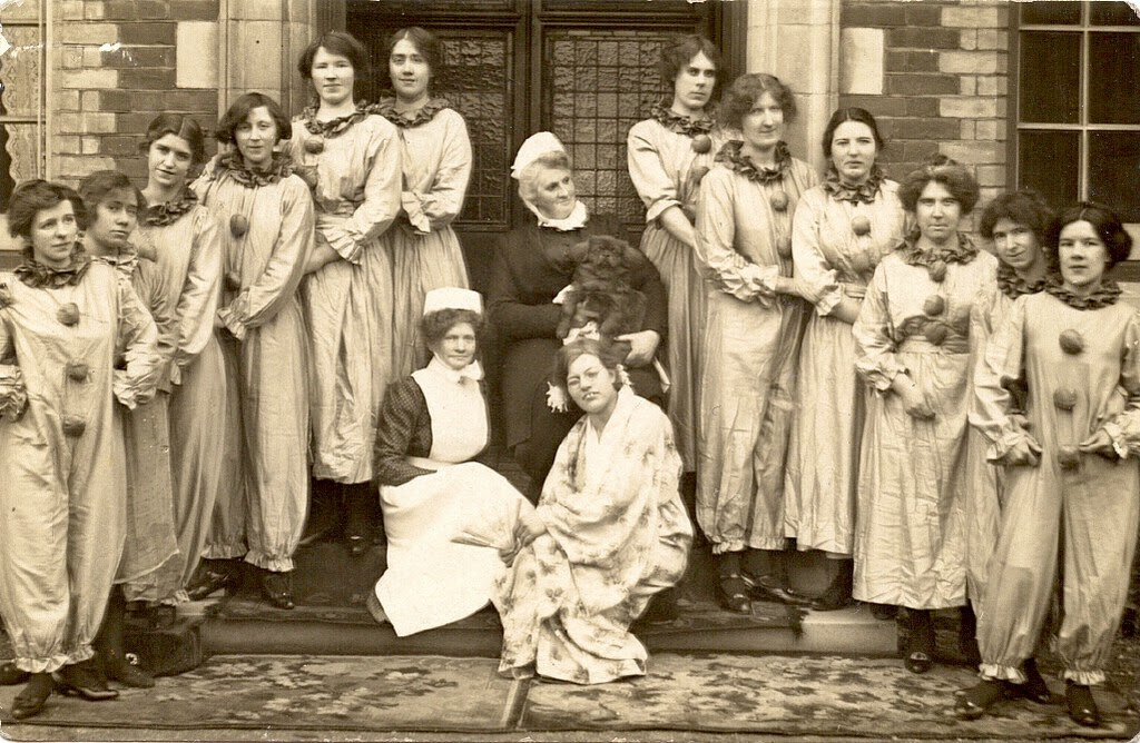 20 Vintage Photographs Of Fashion And Costume From The