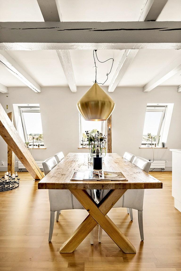 Zachwycaj ce mieszkanie na strychu bajkowe wn trza for Finestre sottotetto