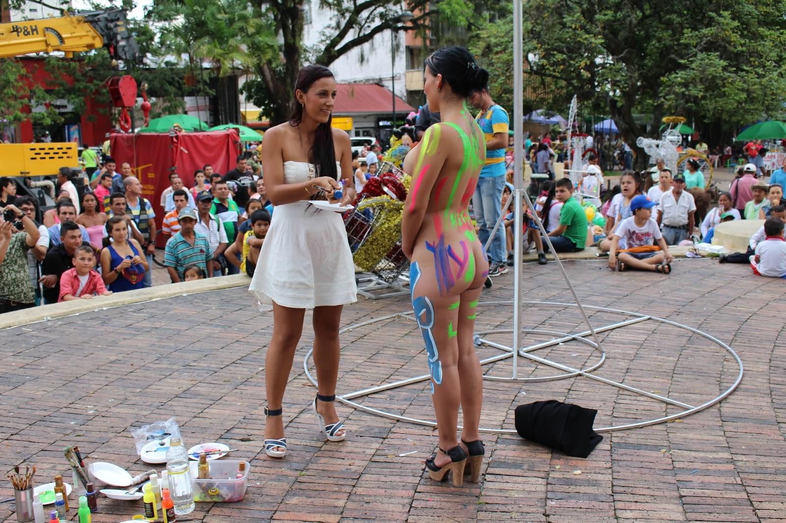 chica pintura desnuda en público