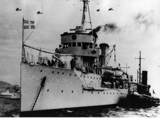 Από την είσοδο του Κ/Δ «ΕΛΛΗ» στο λιμάνι της Τήνου απόγευμα της 14ης Αυγούστου 1940 (Φωτογραφικό Αρχείο ΥΙΝ)