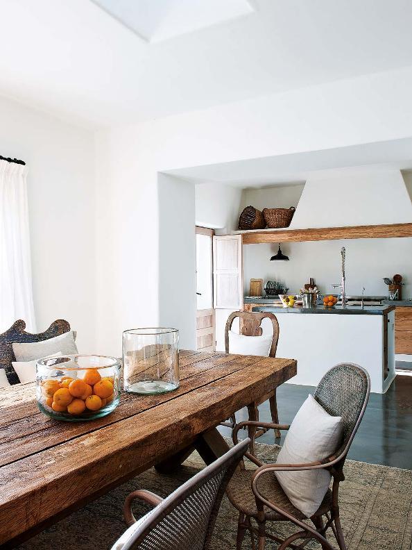 cocina rustica con gran mesa de madera al natural y sillas de mimbre chicanddeco
