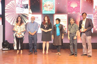 'Mrs. Funnybones' by Twinkle Khanna awarded the popular choice award by crossword.