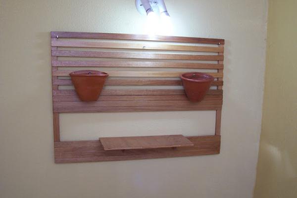 jardim-suspenso-feito-com-sobras-madeira-abrir-janela