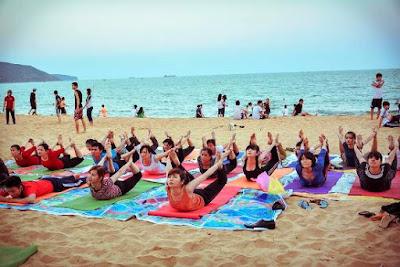 tập yoga ngoài bãi biển
