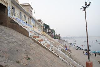 Tangga turun Gaht menuju tepian sungai Gangga