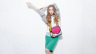 Mujer rubia modelando bolso
