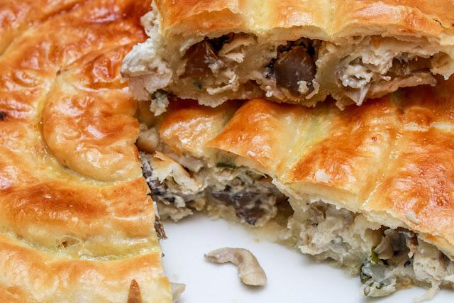 грибы, сыр творожный, петрушка, слоеное тесто