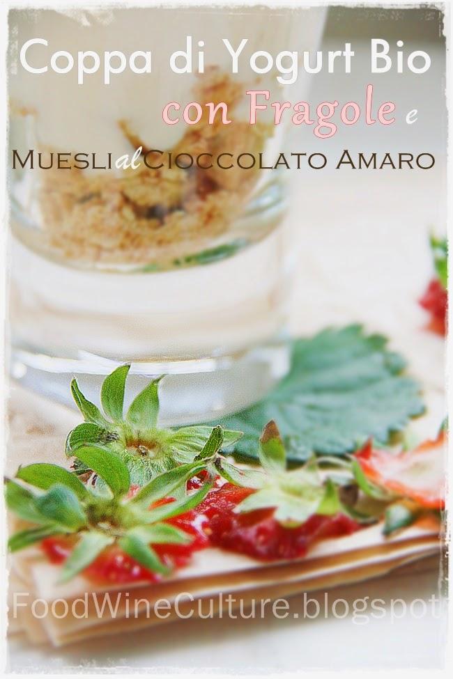 Coppa di Yougurt Bio con Fragole Fresche su Muesli al Cioccolato Amaro – Yougurt Cup with Fresh Strawberries on Muesli with Bitter Chocolate