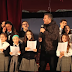 Ο Αντώνης Ρέμος τραγούδησε με παιδική χορωδία σε σχολείο της Αστόρια (video)