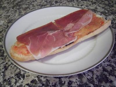 Tosta de pan con tomate y jamón