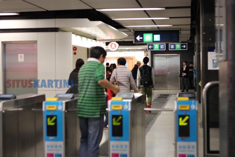 Tebus Gangguan Akibat Tabrakan 2 Kereta di Dekat Stasiun Central,MTR Akan Berikan Diskon Setengah Harga Bagi Penumpangnya