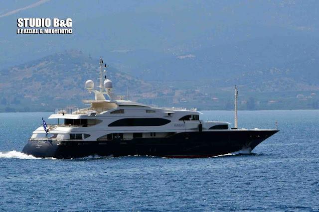 Η πολυτελής θαλαμηγός «Sunday» του μεγαλοεπιχειρηματία Κοπελούζου στο Ναύπλιο