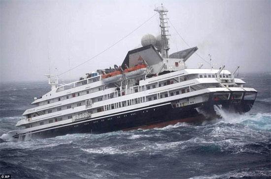 Grande onda atinge navio