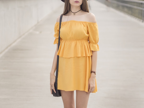 249. STYLIZACJA: sukienka z odkrytymi ramionami i kapelusz