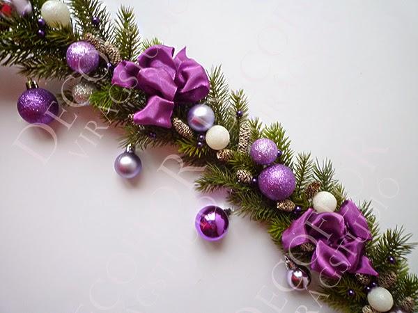Karácsonyi girland műfenyőből lila gömbökkel és masnival
