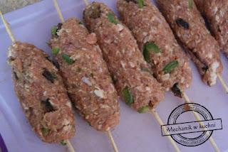 A'la tureckie kofty z wieprzowiny mechanik w kuchni mięso mielone wieprzowe nadziewane na szaszłyki kumin rzymski majeranek grill bbq recipe salad grilled