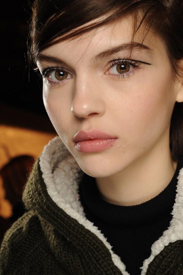 Beleza e maquiagem da Paris Fashion Week no desfile da Rag and Bone