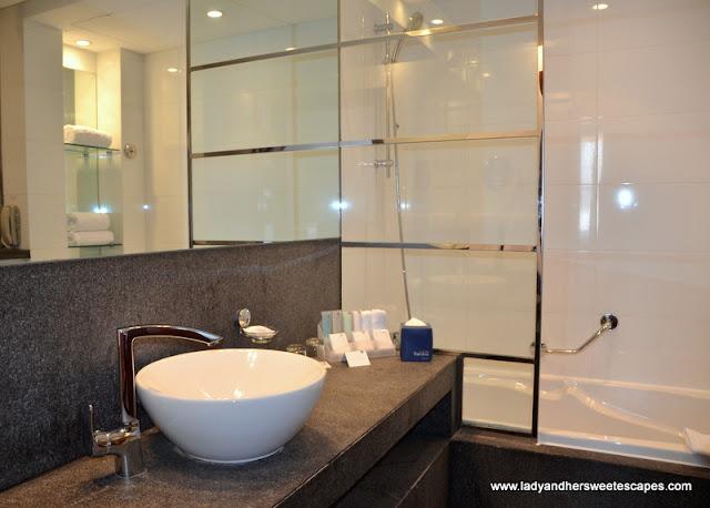 Villa Rotana spacious bathroom