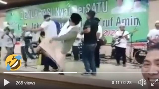 Seorang Kiai Terjungkal Saat Asyik Berjoget di Acara Deklarasi Dukung Jokowi