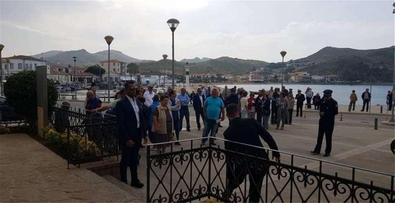 Οι κάτοικοι γύρισαν την πλάτη στον Τσίπρα...Περίπου 30 άτομα υποδέχθηκαν τον πρωθυπουργό στο Δημαρχείο της Λήμνου.