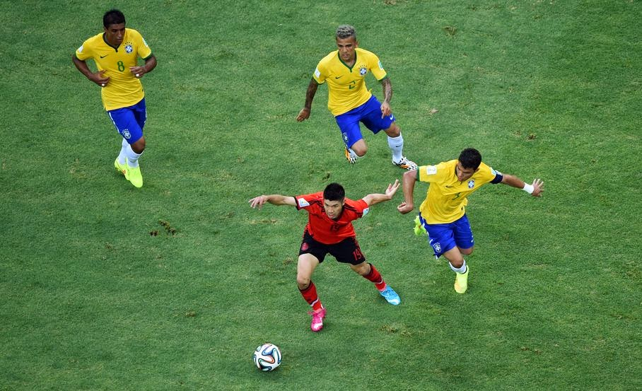 Mexico's Oribe Peralta is chased by Brazil's Paulinho, Dani Alves and Thiago Silva, from left, during the group A World Cup soccer match between Brazil and Mexico at the Arena Castelao in Fortaleza, Brazil, Tuesday, June 17, 2014.