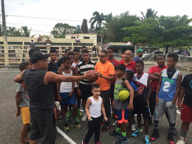 Farmacia Victorio (fofo) entrega pelotas de Baloncesto al Club Barrio Sur