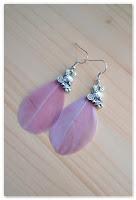 boucles d'oreilles plumes roses et breloques lapine raquette