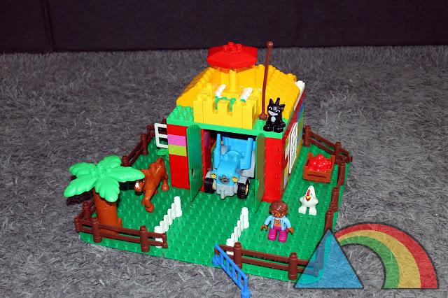Casa construida con piezas de Lego Duplo sobre base verde