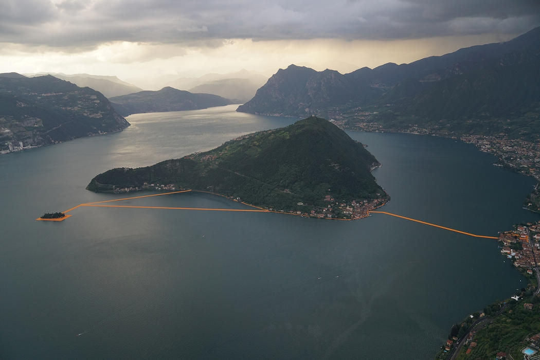 07-Christo-and-Jeanne-Claude-The-Floating-Piers-Walkways-on-Lake-Iseo-Italy-www-designstack-co