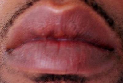 Foto de labios de un hombre moreno adulto