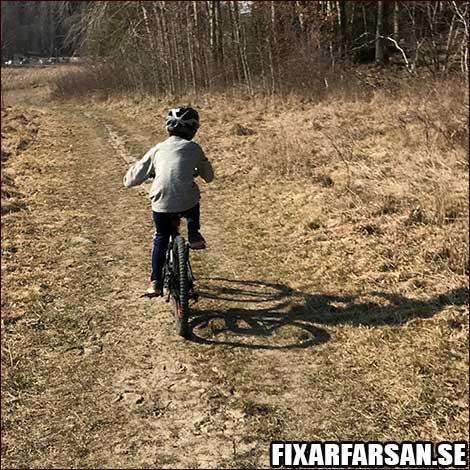 Övningskörning Första Cykeln Utan Fotbroms 8-Åring