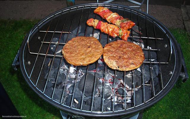 Houtskool barbecue met hamburgers en shaslick stokjes