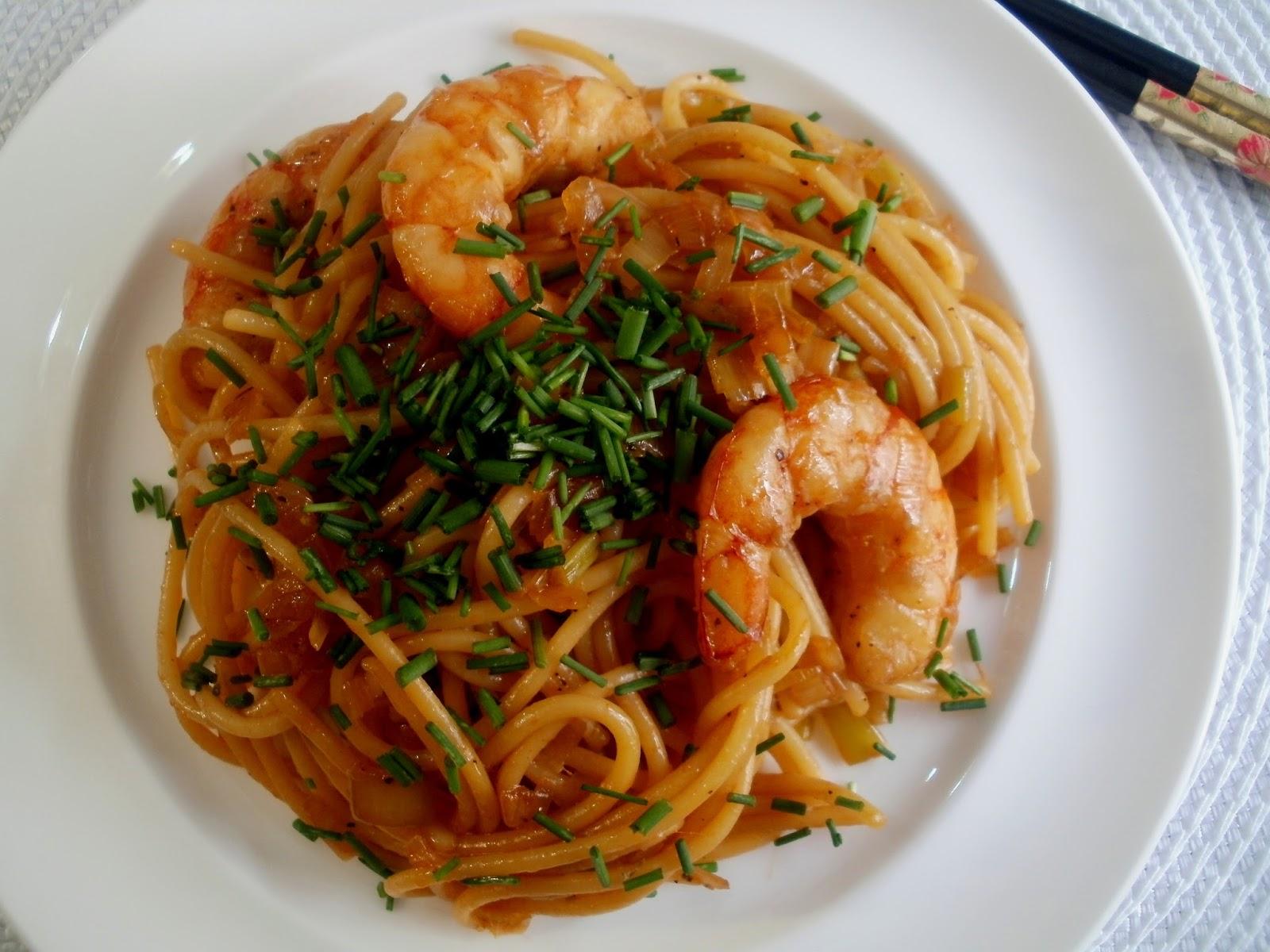 Espaguetis con camarones y salsa de soja