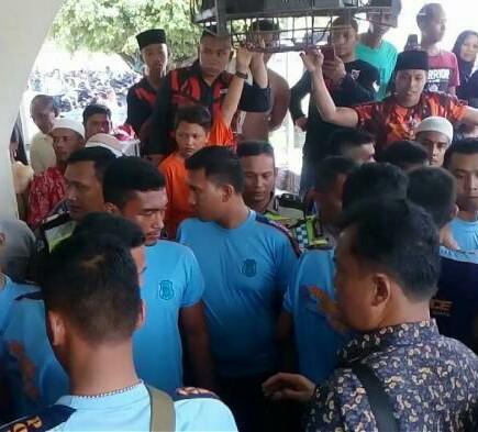 Warga membawa jenazah Siri Fatimah ke lapas Lobusona Rantauprapat.