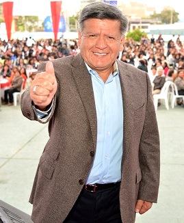 Foto de César Acuña saludando muy alegre