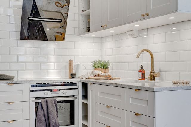 baterie aurie într-o bucătărie albă