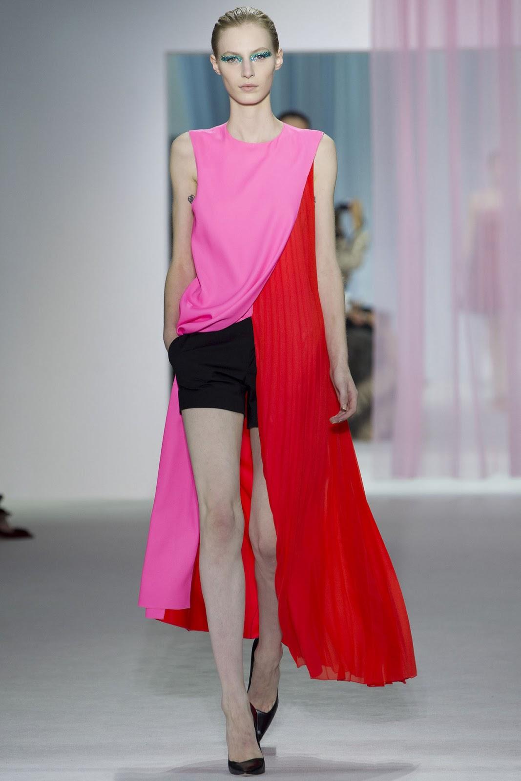 Monsieur Dior ha mandato in passerella donne eteree abbigliate con pepli  policromi decalés e asimmetrici.I colori sono pastellati e forti(binomio  perfetto ... 7dcbc1fac8b