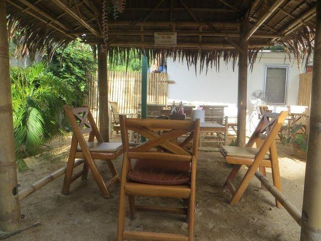 Стол и четыре стула в тайском кафе
