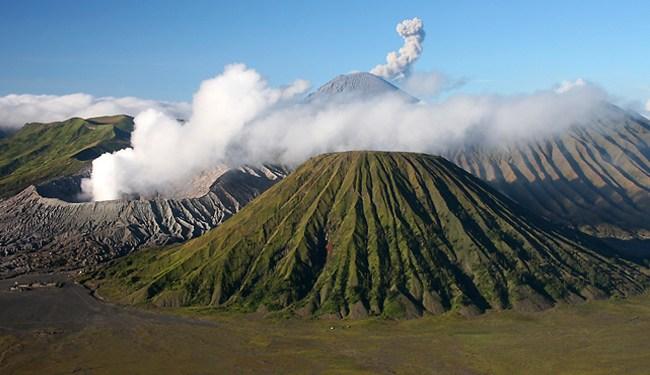 Gunung Bromo Memiliki Ketinggian 2392 Meter Di Atas Permukaan Laut Dengan Bentuk Yang Bertautan Antara Lembah Dan Ngarai Ini Juga Dikelilingi
