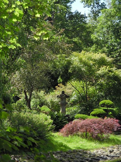 kamienna latarnia w ogrodzie japońskim