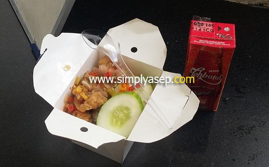 NASI AYAM SAMBEL BAWANG : Salah satu menu Nasi Idap Pontianak yang saya beli Sabtu 13 Januari 2018 harga 20K sudah dapat 1 teh kotak Sosro. Foto Asep Haryono
