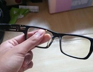 lensa kacamata yang dipegang menjadi kotor