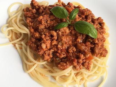 Makaron z włoskim sosem z mięsa i pomidorów