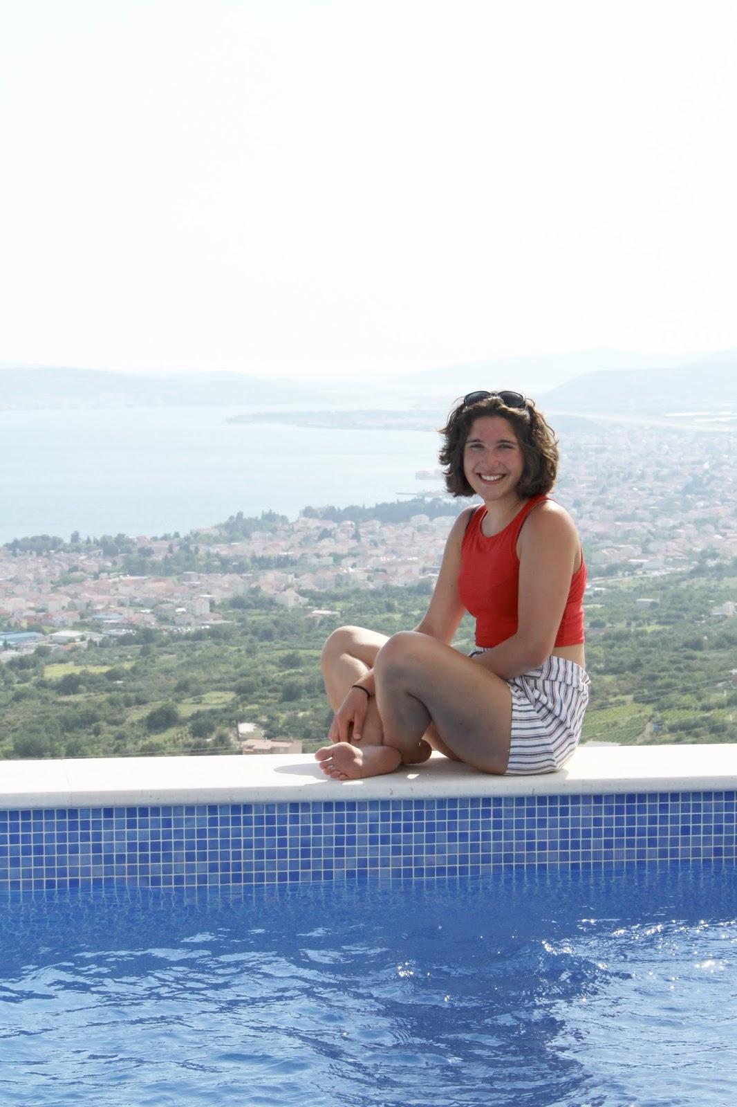 Sophie vor der weiten kroatischen Adria und unserem Pool in Kroatien