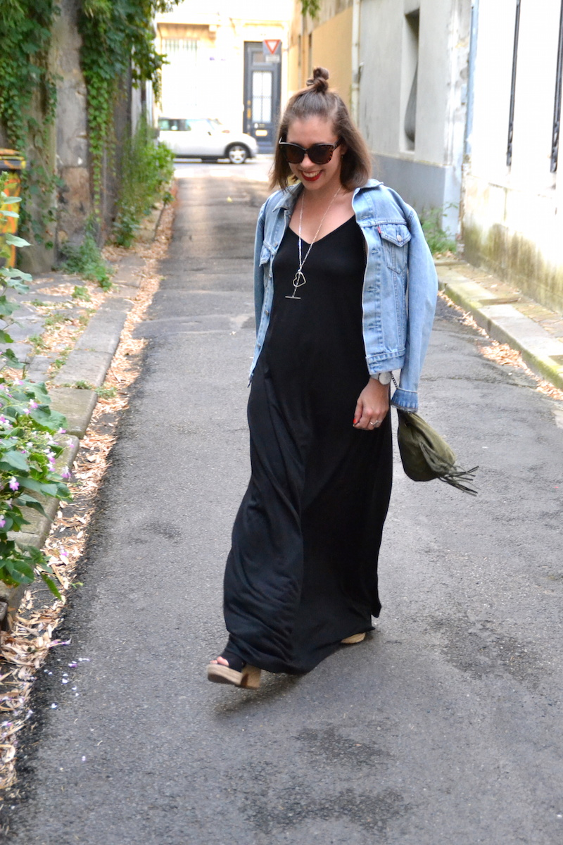robe longue noire Asos, veste en jean Levi's, sac seau a frange Kaki, talon compensées Pull and Bear